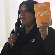Viceministra Katherine Harringhton conversa con discentes de la UNES